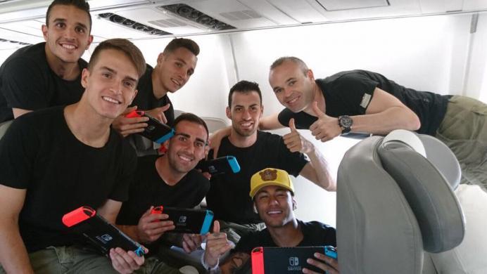 Los jugadores del F.C. Barcelona se relajan jugando Mario Kart 8 Deluxe