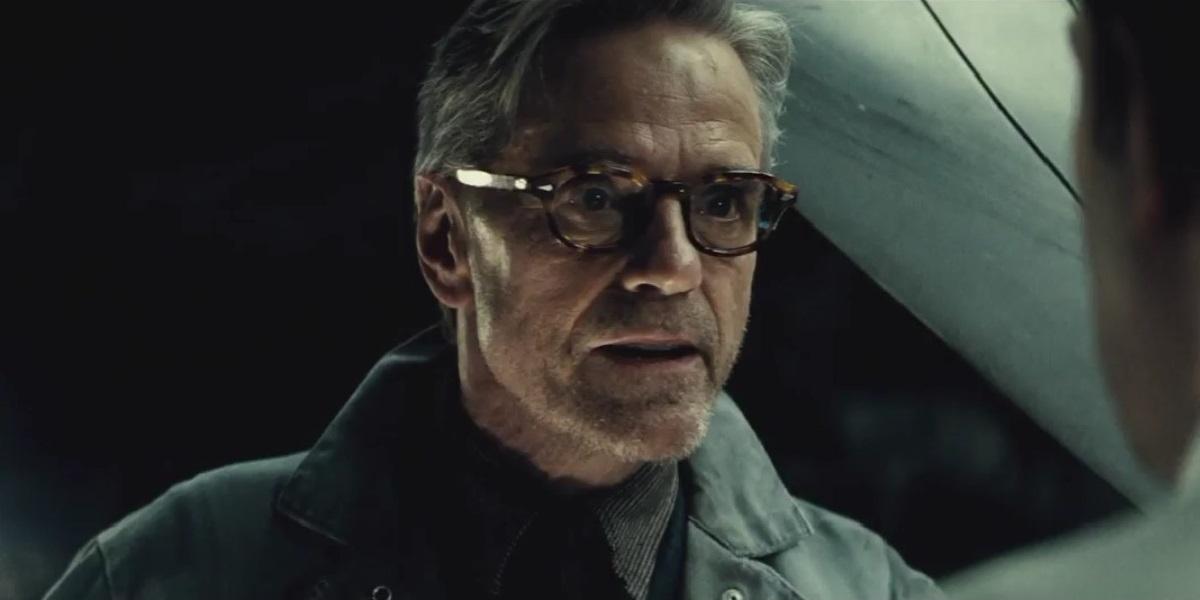 Jeremy Irons dice que las críticas de Batman V Superman son merecidas